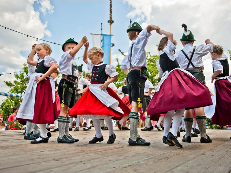 Trachtler Kindergruppe tanzt Bayerischen Volkstanz