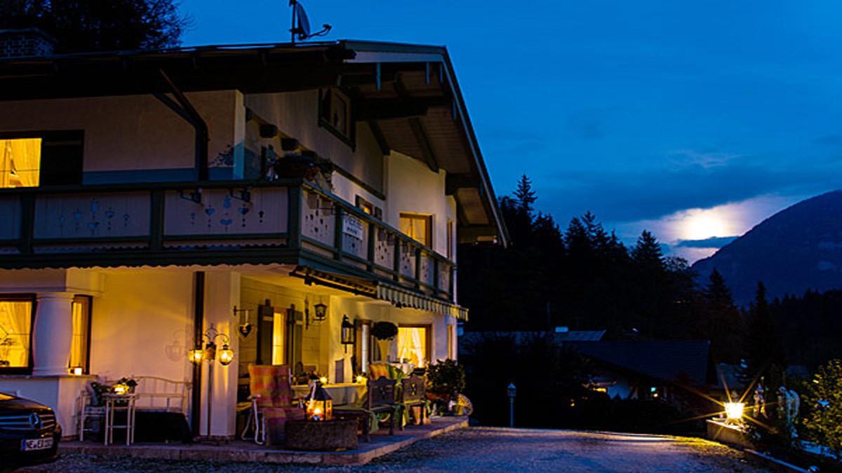 Haus Michael bei Nacht