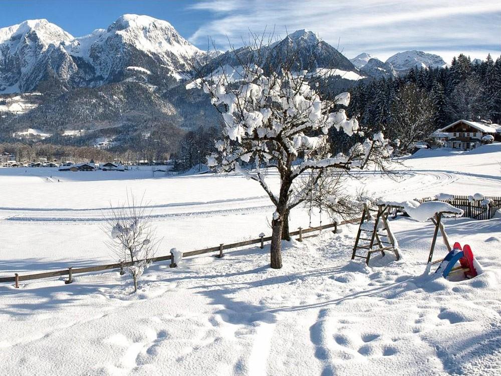 Ausblick auf die verschneiten Alpen