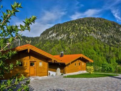 Die Chalets im Sommer mit Bergblick