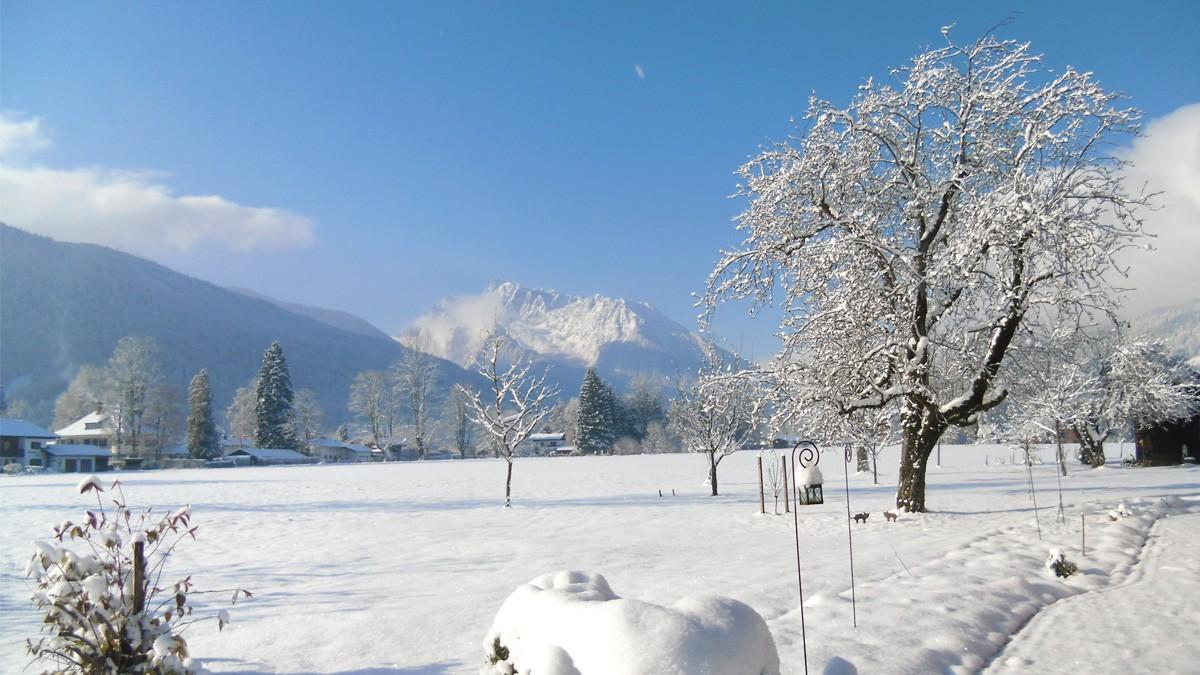 Gästehaus Rennerlehen Ausblick auf die verschneiten Berge