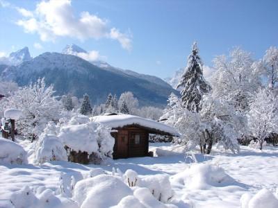 Ausblick in die verschneite Berglandschaft
